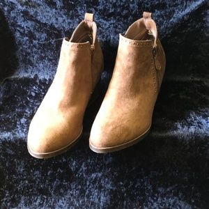NWT Tan Low-heeled Zip-up bootie Sz. 9